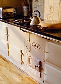 Küchenzeile in Landhausküche mit Aga-Herd