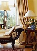 Chaiselongue am Fenster mit Stehlampe & Beistelltisch