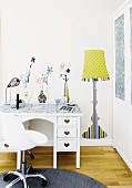Trendiges Jugendzimmer mit weißem Schreibtisch, Bürostuhl und Wanddeko (aufgemalte Blumenvasen und Stehlampe)