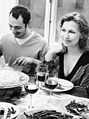 Mann und Frau beim Abendessen