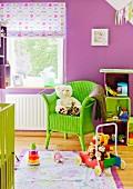 Bunte Kinderwelt - Lindgrüner Korbstuhl mit Stofftier vor Fenster in violett getöntem Kinderzimmer