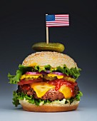 Grosser Cheeseburger mit kleiner Flagge