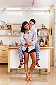Morgenstimmung in heller Küche mit verliebtem Paar