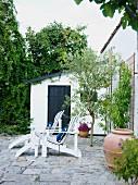 Zwei Gartenliegen auf Terrasse am Haus