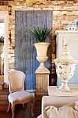 Antik griechische Vasen und Rokoko Stuhl im Zimmer mit Wand aus alten Holzdielen