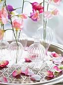 Blumenväschen mit Blumen in zarten Pastellfarben