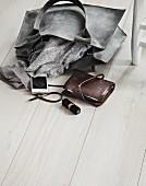Damenaccessoires auf Holzdielenboden