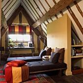 Moderner Schlafraum mit praktischen Einbauten unter der rustikalen Dachkonstruktion eines Fachwerkhauses