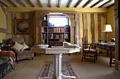 Wohnraum im antiken Stilmix mit den sichtbaren Balken eines Fachwerkhauses