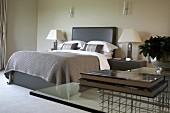 Schlafzimmer mit elegant klassischer Einrichtung