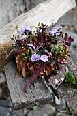 Herbstlicher Blätterkranz mit Blüten & Beeren