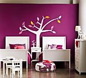 Elegant gestyltes Mädchenzimmer für ein Geschwisterpaar - zwei Betten vor violetter Wand mit stilisierter Baumdarstellung