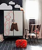 Kinderzimmer mit Tafelfarbe für Wand und Boden; Schranktür im Flipchart Look