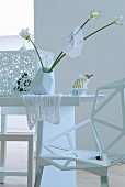 Tischdekoration in Weiss mit Blumen und Spitzendeckchen