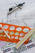 Lineal, Schablone & Zirkel mit Entwürfen fürs Innendesign