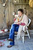 Teepause mit Vintage Geschirr und nativer Deko im Spätsommer, selbst gehäkelter Poncho hält warm; Shabby Chic mit Western Feeling