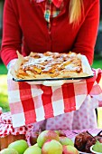Selbstgemachter Apfelkuchen auf nostalgischem Blech serviert