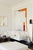 Zeitgenössisches Gemälde über Sitzecke und Skulptur einer überdimensionierten Sicherheitsnadel im eleganten Wohnraum eines Kunstsammlers