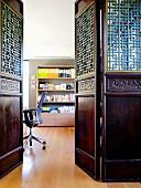 Blick in Homeoffice durch kunsthandwerklich gearbeitete, asiatische Holzelemente