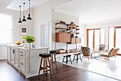 Offener Wohnraum mit Möbeln im Stil der 50er und 60er Jahren
