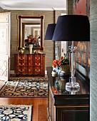 Klassisch elegante Wohndiele mit Antikmöbeln und edlen Teppichen