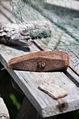 Rostiger Hammer auf rustikalem Holztisch