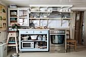 Rustikale Küche in Stilmix, Unterschrank im Fiftiesstil neben Edelstahlherd in ländlichem Wohnhaus
