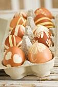 Gefärbte Ostereier im Eierkarton
