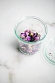 Getrockente Rosenblüten in Einmachglas