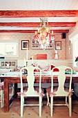 Adventlich geschmückter Essplatz mit Kronleuchter in romantisch skandinavischem traditionellem Wohnraum
