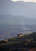 Alleinstehendes Wohnhaus am Hang, Blick auf mediterrane Berglandschaft