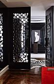Eleganter Eingangsbereich, offene Tür mit Lochmuster, auf Holzboden Zebrafell