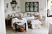 Lounge-Ecke mit Polstersessel, Hocker und Eckcouch um Tisch in ländlichem Wohnraum