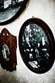 Schwarz-Weiss-Fotos mit dunklen Holzrahmen an Wand