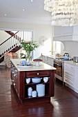 Küche im Amerikanischen Stil mit Kücheninsel und dunklem Holzfußboden