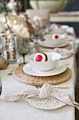 Festlich gedeckter Tisch mit Weihnachtskugel in Schale