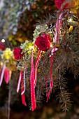 Weihnachtlich geschmückter Tannenbaum, Rosenblüten und Schleifenbänder
