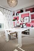 Modern traditionelle Arbeitsecke - Weisslackierter Tisch mit Wandregal aus einem Guss im Kolonialstil vor rosa getönter Wand