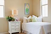 Zimmerecke mit Bett & Nachtschränkchen & Nachttischleuchte in Mädchenzimmer