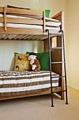 Kinderschlafzimmer mit Etagenbett & braun-weiss gestreifter Bettwäsche