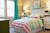 Kinderschlafzimmer mit Bett & zwei weissen Kommoden