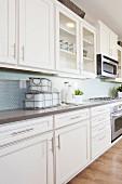 Küchenzeile mit weissen Küchenmöbeln