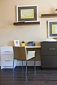 Moderner Wohnraum mit Kommode, Wandbildern, Konsolen & Schreibtisch