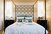 Four poster bed; Valencia; California; USA