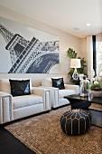 Wohnzimmer mit weissen Ledersesseln & Wandbild mit Fotomotiv vom Eiffelturm