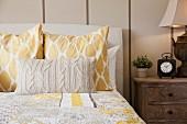 Bett mit Tagesdecke, Kopfkissen & gestricktem Dekokissen