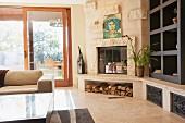 Zeitgenössisches Wohnzimmer mit Kaminecke & eingebautem Regal