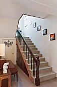 Flurbereich eines Hauses mit Klavier & Treppenaufgang