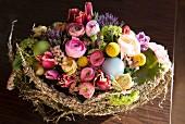 Ostergesteck im Weidenkörbchen mit Heusicheln & Frühlingsblumen