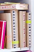 Bücher mit selbstgemachten Buchumschlägen aus Packpapier